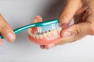 Vệ sinh hàm tháo lắp ở Việt Đức Dental Lab